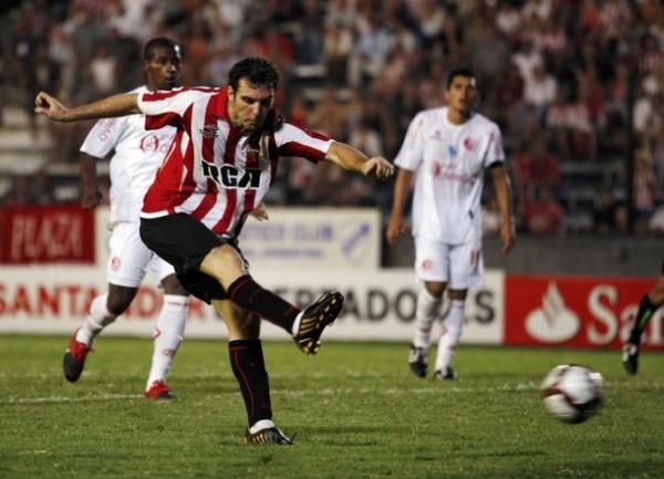 Mauro Boselli estuvo intratable en el 5-1 de Estudiantes de La Plata sobre Aurich en 2010. (Foto: Reuters)