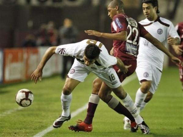 SE CRUZÓ. Rabanal cierra bien a Leandro Díaz. El atacante fue uno de los más ofuscados al final del cotejo (Foto: AP)