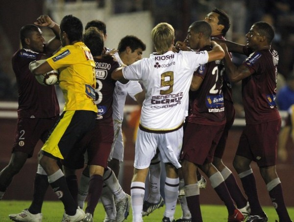 LA HECATOMBE... Se inicia la bronca en Lanús. Menéndez intenta separar a los jugadores de Universitario de sus compañeros (Foto: REUTERS)