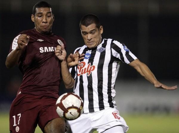 DISPUTA PLENA. Carmona lucha el balón con Samudio. El carrilero anduvo solo regular (Foto: REUTERS)