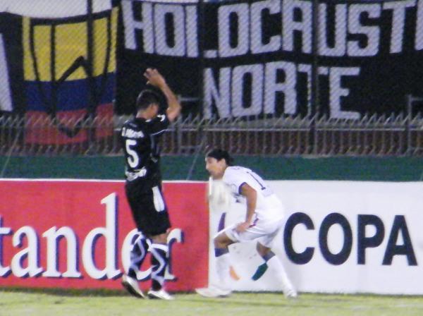 NO LES DEJARON NI UN 'CACHITO'. Amaya intenta obstruir un saque lateral de Alemanno. Los colombianos defendieron su ventaja en el marcador utilizando todos los medios necesarios. (Foto: Wagner Quiroz /DeChalaca.com)