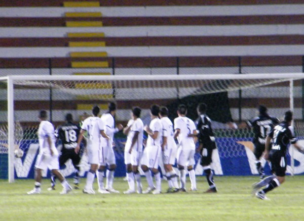 DIRECTO A OCTAVOS. Este magistral tiro libre de Mirabaje definió el partido en el Miguel Grau. (Foto: Wagner Quiroz /DeChalaca.com)