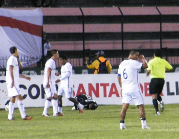 CHAU. Contreras fue víctima de la impotencia y fue expulsado tras un fuerte ingreso a poco del final.(Foto: Wagner Quiroz /DeChalaca.com)
