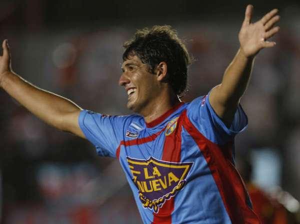GRAN APERTURA. Momento preciso en el cual Jorge Córdoba celebra su tanto, el primero para Arsenal ante Sport Huancayo. (Foto: Diario Olé)