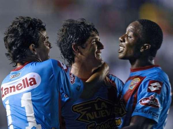 BIEN ACOMPAÑADO. El tanto de Córdoba desató la alegría de sus compañeros Emilio Zelaya y Carlos Carbonero. (Foto: Diario Olé)