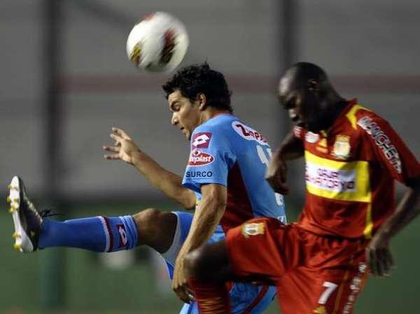 UNA PAREJA DISPAREJA. Farfán y Zelaya participaron en más de una jugada dividida durante el cotejo. (Foto: Diario Olé)