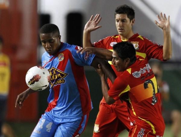 A MIL POR HORA. La velocidad y potencia de Carlos Carbonero complicó de sobremanera a Ojeda y Hernández. (Foto: AFP)