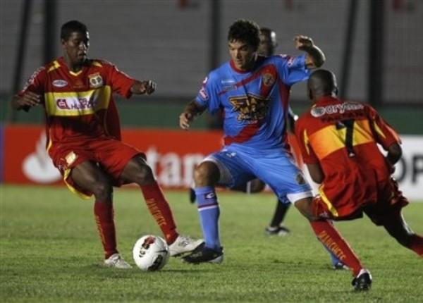 SABE SU OFICIO. Córdoba se movió bien por todo el frente de ataque. La defensa de Sport Huancayo tuvo muchos inconvenientes para frenarlo. (Foto: AP)