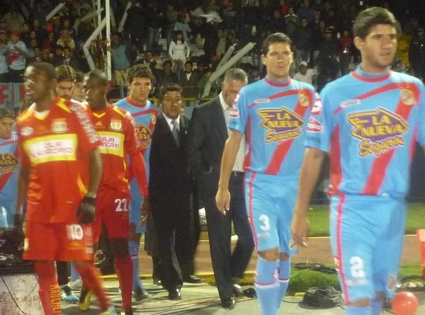 A LA CANCHA. Los jugadores de Sport Huancayo y Arsenal salieron ordenadamente al iluminado gramado del Estadio de Huancayo. (Foto: Diario Primicia de Huancayo)