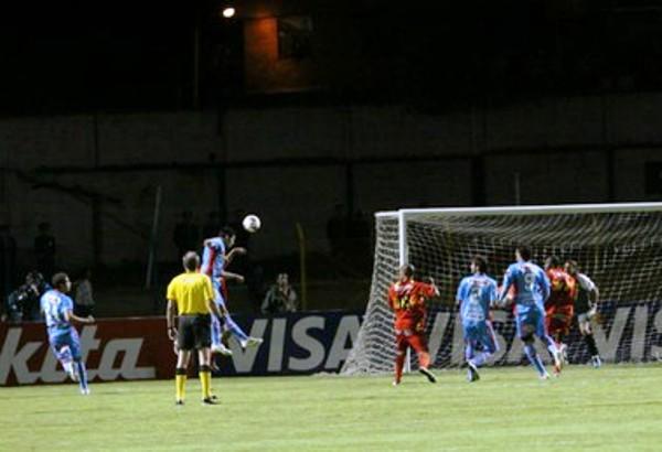 NO SE DEJAN. El bloque defensivo de Arsenal supo responder adecuadamente cuando fue inquietado por Sport Huancayo mediante el juego aéreo. (Foto: Diario Correo)