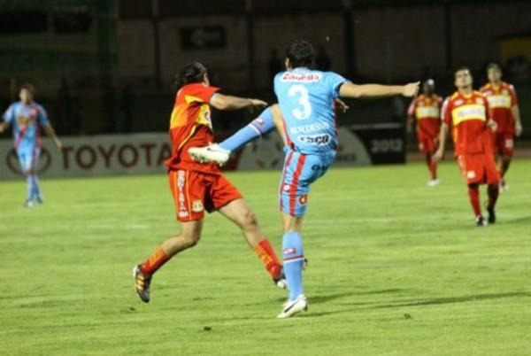 SIN COMPLICACIONES. Burdisso rechaza con todo un balón ante una arremetida de Ibarra. (Foto: Diario Correo)