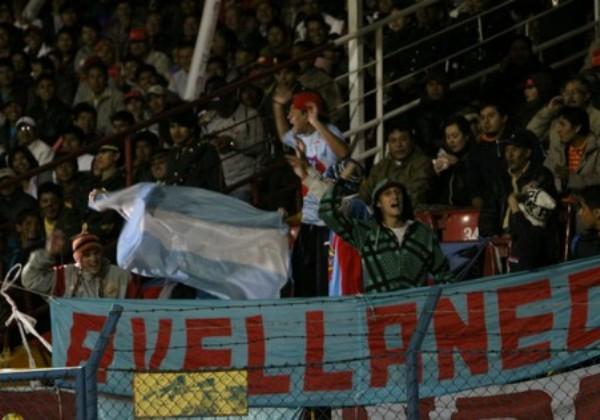 SOBRA ALIENTO. Un grupo de barristas del Arsenal se hizo presente en el Estadio de Huancayo. (Foto: Diario Correo)