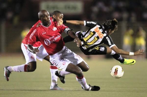 Guadalupe no pudo evitar que Aurich siga perdiendo por dos goles en casa por la Copa. (Foto: Reuters)