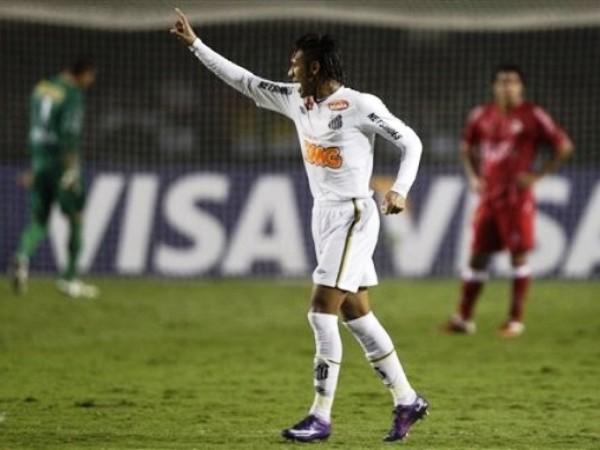 LA JOYITA. Neymar hizo un gol tan simple como vistoso y lo celebró con el puño en alto. (Foto: AP)