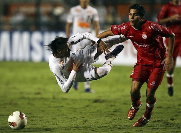 Vuela Neymar luego de una falta de Diego Minaya. Producto de la frustración por no saber qué hacer para frenar a Santos, los chiclayanos empezaron a caer en el juego duro sobre el final en el Pacaembú (Foto: Reuters)