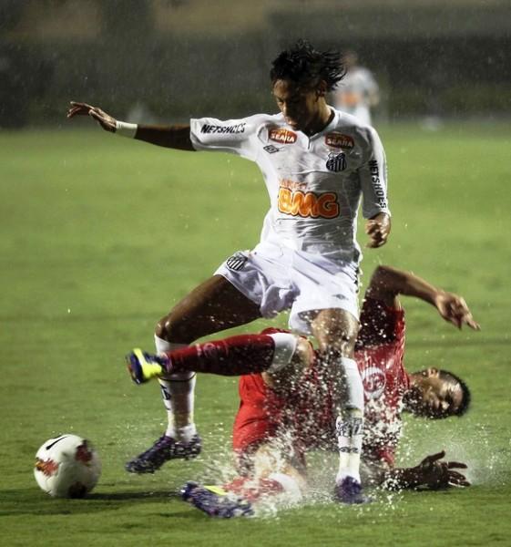 Aurich padeció a Neymar y a todo Santos; se pudo llevar una goleada, pero la lluvia torrencial que cayó en el Pacaembú asolapó su endeble accionar (Foto: Reuters)