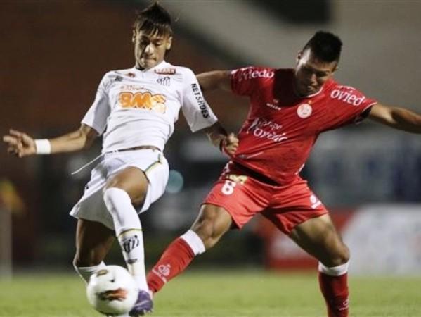 EL JUGADÓN. Rojas nunca pudo con Neymar por más que lo molió a patadas y el crack del Santos se paseó. (Foto: AP)