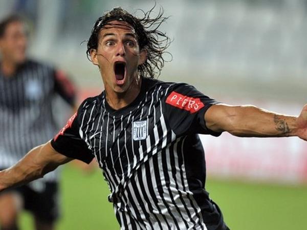 EL GOLAZO. Johnnier Montaño la inició con un jugadón, y José Carlos Fernández la culminó de cabeza. Ese gol desató la euforia en el Nacional. (Foto: AFP)