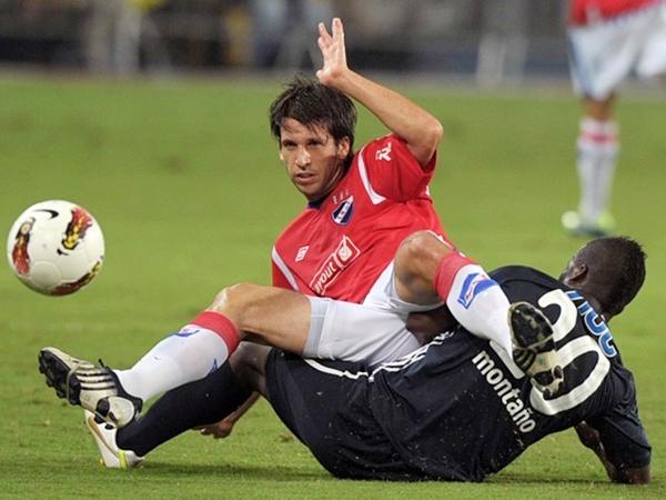 EL DUELO. Montaño tuvo a mal traer a sus marcadores, entre ellos Diego Placente. El ex Bayer Leverkusen debió recurrir al juego fuerte para detenerlo. (Foto: AFP)