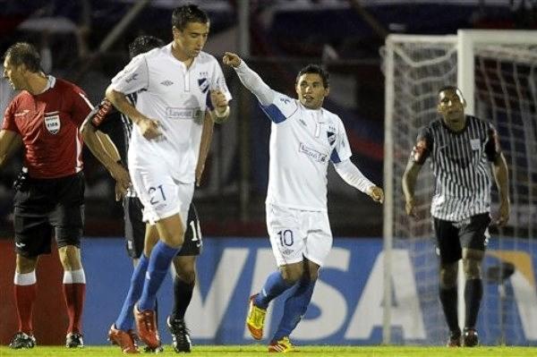 Mientras Alianza acabó en lamento y quejas por la jugada del gol, en Nacional se celebró gracias a que no dejaron de seguir la acción pese a los reclamos (Foto: AP)