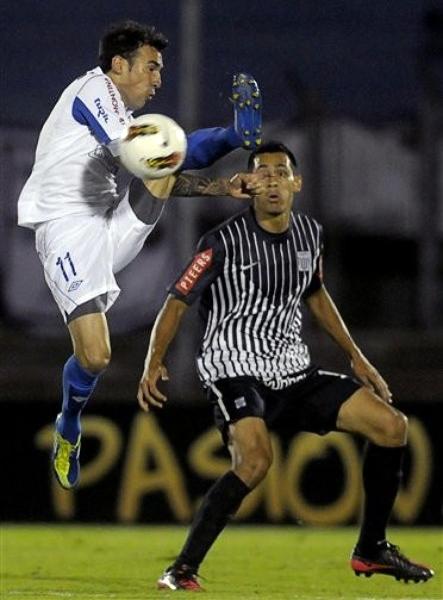 Nacional pone la pierna bien alta cada vez que tiene un equipo peruano al frente en la Libertadores. Alianza no fue la excepción en el Centenario (Foto: AP)