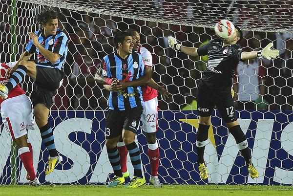 El arquero del Santa Fe, Camilo Vargas, tuvo buenas reacciones en las contadas ocasiones que el equipo cusqueño lo inquietó (Foto: AFP)