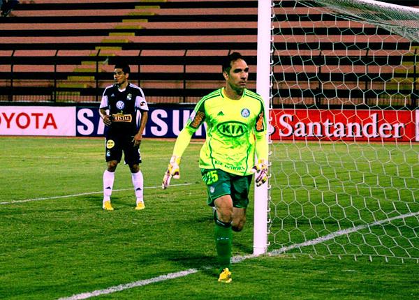 Mientras Fernando Prass, arquero de Palmeiras, estuvo con la fortuna de su lado, Hernán Rengifo se quedó sin anotar un solo gol en la Libertadores con Cristal (Foto: Luis Chacón / DeChalaca.com)