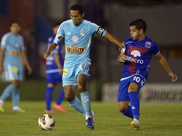 Presionado por las marcas del rival, el fútbol de Carlos Lobatón se mostró muy poco en la cancha de Tigre, aunque su buen pie tuvo ocasión de aparecer en el único tanto celeste (Foto: AFP)