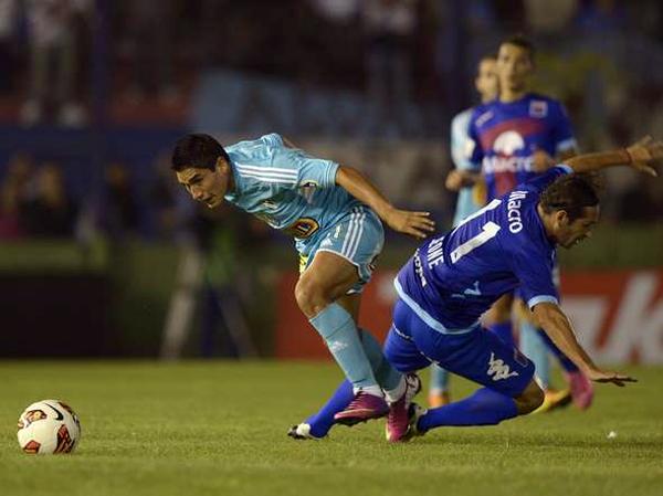 Irven Ávila tuvo pocas opciones de hacer daño en la defensa de Tigre por lo poca capacidad de Cristal para generar ocasiones (Foto: AFP)