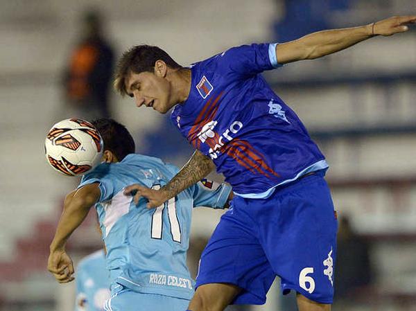 Gabriel Peñalba le gana en el salto a Irven Ávila, una constante entre la defensa de Tigre y el ataque de Cristal que tuvo una opaca jornada en Argentina (Foto: AFP)