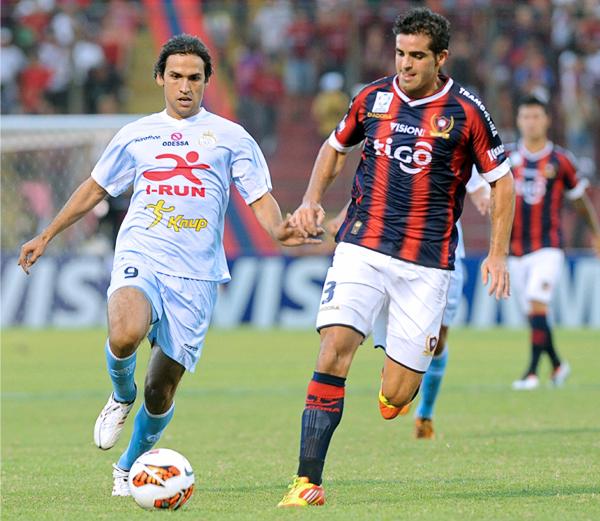Jugar solo en punta le acomodó bien a Víctor Ferreira que hizo pasar más de un apuro a la defensa de Cerro Porteño (Foto: AFP)
