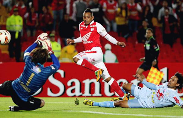 Apenas iniciado el segundo tiempo, Wilder Medina se encargó de ratificar el por qué Independiente Santa Fe acabó como el mejor de su grupo con este remate que venció a Diego Carranza (Foto: AFP)
