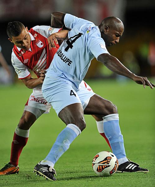 Real Garcilaso jugó en 'El Campín' decidido a mantener el cero, cometido que logró solo en el primer tiempo cuando la defensa, con Luis Guadalupe, se batió para alejar el peligro (Foto: AFP)