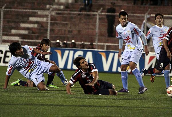 Si Cerro Porteño tuvo pocas opciones en el Cusco fue por el trabajo del mediocampo de Real Garcilaso para cortar los avances del equipo paraguayo (Foto: José Carlos Angulo)