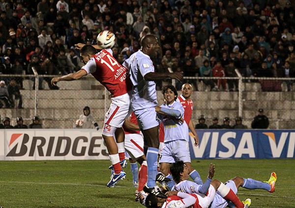 Real Garcilaso apostó a su mejor arma, el juego aéreo, pero tardó mucho en ser efectivo contra el equipo colombiano (Foto: José Carlos Angulo)