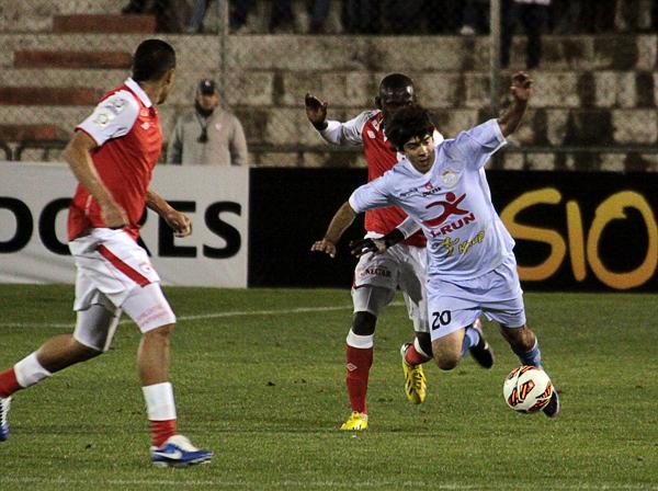Una acción del debut de Real Garcilaso ante Santa Fe en la Libertadores (Foto: archivo DeChalaca)