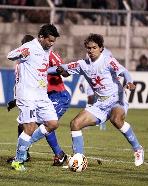 Fabio Ramos y Víctor Ferreira pelearon cada balón hasta el final pero lo mejor de su fútbol no apareció ante la buena marca del equipo uruguayo (Foto: José Carlos Angulo)