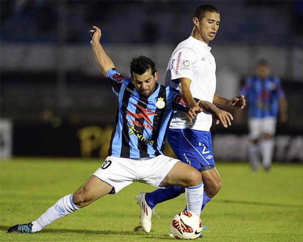 Real Garcilaso se desgastó peleando cada balón ante un Nacional que siempre buscó tomar la iniciativa del juego (Foto: AFP)