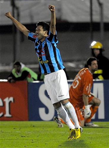 Los penales definieron la suerte de dos equipos que apenas se sacaron diferencias en la llave, suerte que estuvo del lado de Real Garcilaso que cerró la tanda cuando Óscar Gamarra superó al portero Jorge Bava (Foto: AP)
