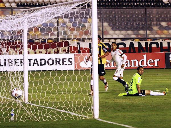 El gol de Raúl Ruidíaz no solo abrió el marcador, sino también la esperanza de los hinchas cremas por ver al fin un triunfo de su equipo, aunque al final The Strongest le negó esa ilusión (Foto: Luis Chacón / DeChalaca.com)