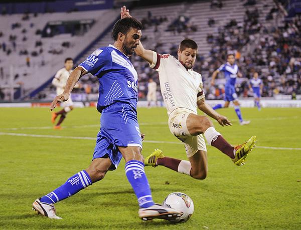 La proyección de Fabián Cubero exige a Werner Schüler, que como toda la noche contra Vélez, se debió multiplicar para cubrir los huecos en la defensa crema (Foto: Jam Media)
