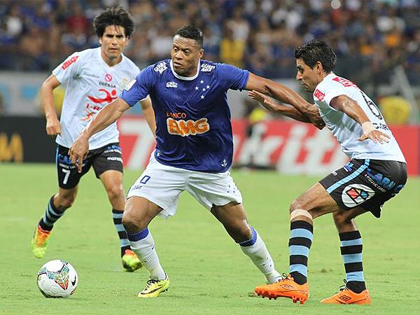 Cruzeiro se conformó con el 3-0 que necesitaba y, tras el gol de Julio Baptista, frenó su marcha en la parte complementaria (Foto: EFE)