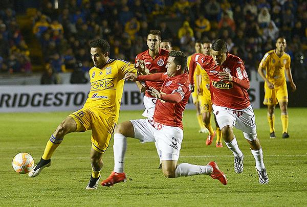 Las diferencias entre el fútbol mexicano y peruano se ratificaron en el Universitario de Nuevo León, con la goleada de Tigres sobre Aurich (Foto: diario El Horizonte de México)