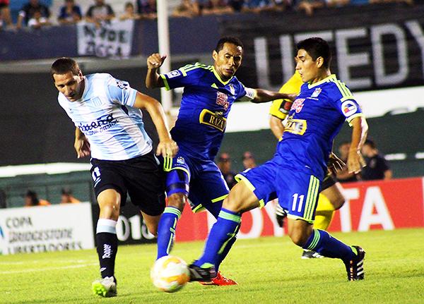 Bajo el liderazgo de Carlos Lobatón, Sporting Cristal pudo sostener su idea y lograr un gran triunfo en Avellaneda (Foto: prensa Sporting Cristal)