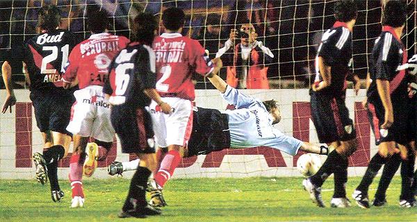 El balón ya superó la estirada del meta Franco Constanzo luego del disparo de Carlos Lugo para anotar el único gol del partido en Arequipa (Recorte: revista El Gráfico)
