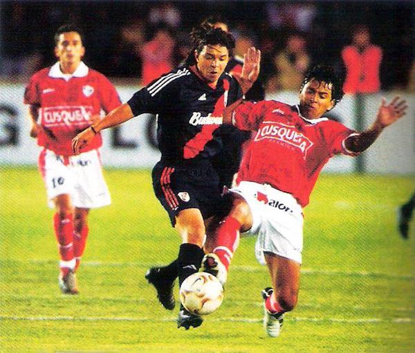 Juan Carlos Bazalar encima a Marcelo Gallardo, una de las figuras de aquel River Plate que los jugadores de Cienciano debieron ajustar para mantener el resultado (Recorte: revista El Gráfico)