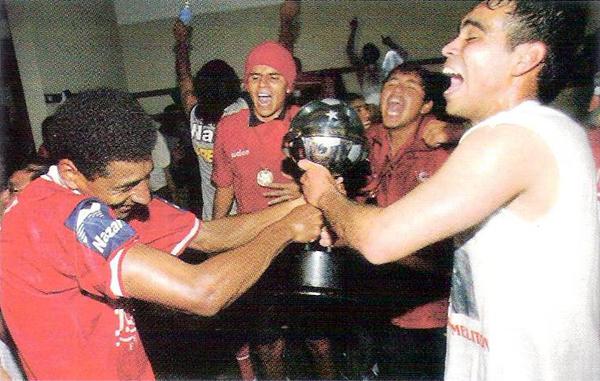 La Copa Sudamericana en manos de Cienciano que tuvo en Germán Carty a su goleador y en Julio García a una figura que emergía (Recorte: revista El Gráfico)