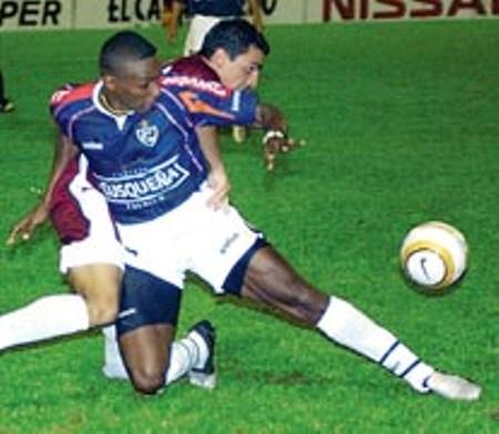 Manuel Arboleda en acción en la victoria 1-2 de Cienciano sobre Carabobo en Valencia, por la Sudamericana 2004 (Foto: libero.com.pe)