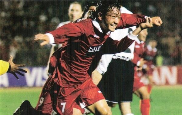 2006. El japonés Sawa inscribe para siempre su nombre en Tacna con su gol a Colo-Colo, en la primera victoria del club ante un cuadro extranjero (Foto: revista El Gráfico Perú)