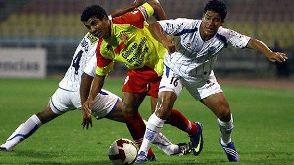 TODOS ENCIMA. Tordoya y Valverde cierran a Alexander Rondón, la figura del cuadro venezolano (Foto: AP)